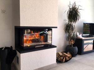 Insert de cheminée design en verre dans le salon