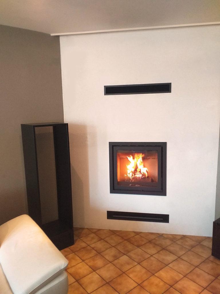 Insert de cheminée à bois dans le salon