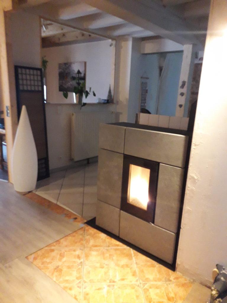 Poêle à granulé gris design dans une maison